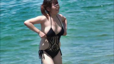決定的瞬間。エロエロ水着のムチムチ姉さん、ポロリ見ちゃった。