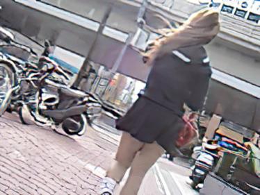 風中の少女2 風に舞うスカート