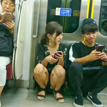 電車内 美女しゃがみパンチラ