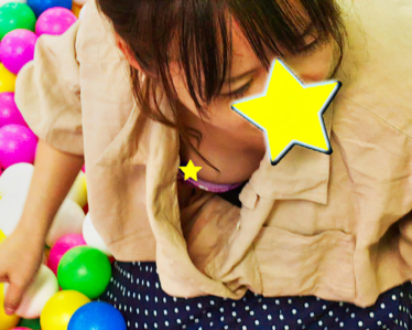 【友人ママの胸チラパンチラ】イ●ンのキッズ室内遊園地で無防備に丸見え!!