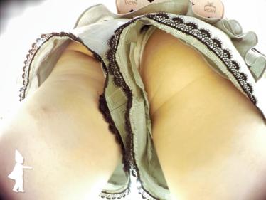 S級女の子の奇跡の足上げでパンツをゲット