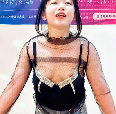 【胸ちら】ダンス教室のLIVEで衣装が段々ズレておっぱいポロりしながら踊る