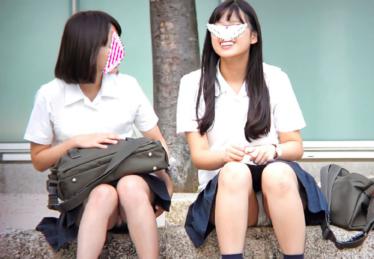 JKの白パンティ★3人の制服少女!初公開